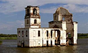 Source: http://coolinterestingstuff.com/the-ghosts-of-the-sunken-russian-town-of-mologa