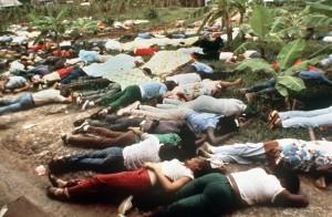 """ARCHIV - 923 Anhänger der Volkstempelsekte folgten am 18. November 1978 ihrem Führer Jim Jones in Jonestown im Dschungel von Guyana in den Tod. Vor 30 Jahren gingen grauenvolle Bilder von mindestens 923 toten Frauen, Männern und Kindern in dem Sektendorf Jonestown im südamerikanischen Guyana um die Welt. Mütter hielten ihre Kinder in den Armen, Männer ihre Frauen, alle tot, fast alle qualvoll an mit Zyankali vergifteter Limonade gestorben. anz freiwillig gingen aber wohl lange nicht alle der Opfer in den Tod. Überlebende berichteten später, dass um das Versammlungshaus der landwirtschaftlichen Urwaldkolonie bewaffnete Wachen aufgezogen waren. Etliche tote Sektenmitglieder wurden mit Schusswunden gefunden. (zu dpa-KORR:""""1978 starben 923 Sekten-Mitglieder in Guyana - Freitod oder Mord?"""") +++(c) dpa - Bildfunk+++ Mehr als 900 Anhänger der Volkstempel-Sekte begingen am 18. November 1978 mit ihrem Führer James Warren Jones, genannt """"Jim"""" oder """"Father Jones"""" Selbstmord, Jones erschoss sich. Den zahlreichen Kindern wurde von den eigenen Eltern ein Giftcocktail eingeflösst, bevor diese sich mit Zyankali-Limonade selbst umbrachten."""