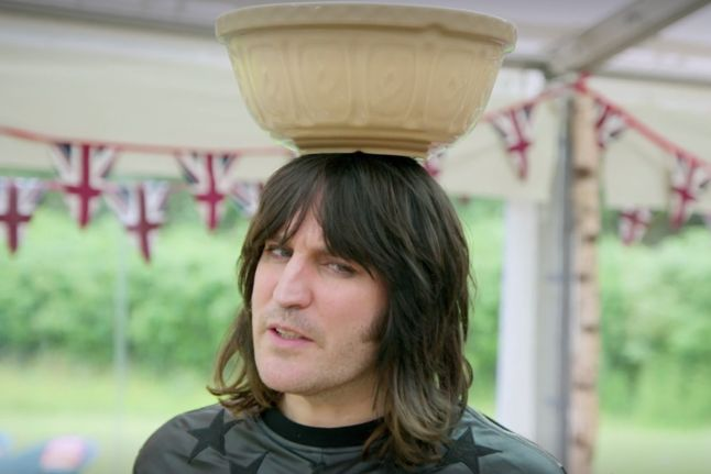 noel-fielding-with-a-bowl-on-his-head